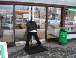 Kopfarbeit  Freizeitbeschäftigung auf dem Land: Man lasse sich den Kopf minutenlang von der immer wieder zuschlagenden Tür einklemmen. (Lustige Folgeschäden inklusive)