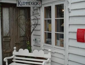 """Kuschelecke  In der Kuschelecke (""""Klemmekrok"""") von Nordfjordeid nehmen mehrmals im Jahr mehr oder weniger Prominente Platz, um sich umarmen zu lassen. Ob sich hier auch Politiker setzen dürfen und ob diese dann auch regen Zulauf hätten konnte nicht recherchiert werden."""