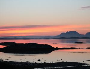 """nochmals der Dønnamann, diesmal weiter weg. Wegen solcher """"menschlicher"""" Berge glaubt man in Norwegen wohl an Trolle"""