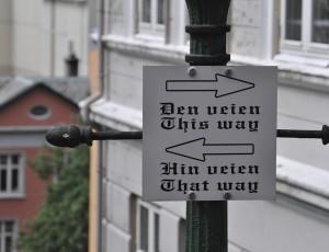 Hinweisschild in Bergen: Man kann diesen Weg nehmen, oder eben auch jenen.