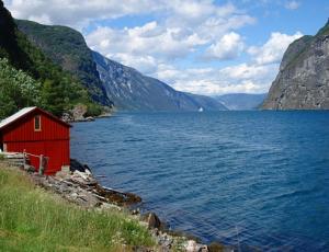 am Aurlandsfjord, einem Seitenarm des Sognefjord