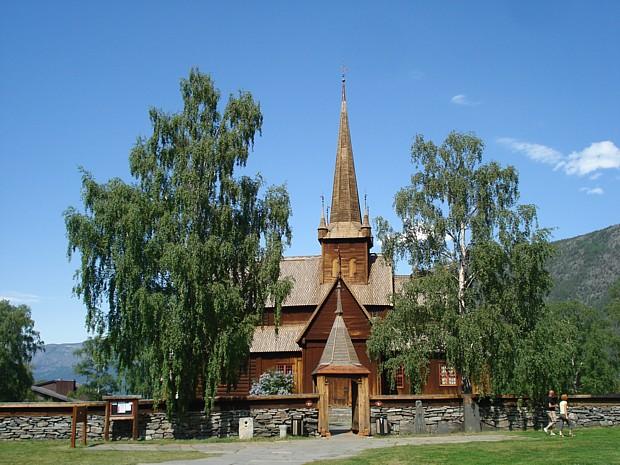 Stabkirche in Lom Anfang Juni