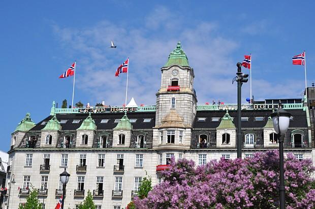 Grand Hotel Oslo Flieder Blüte Frühling Flagge