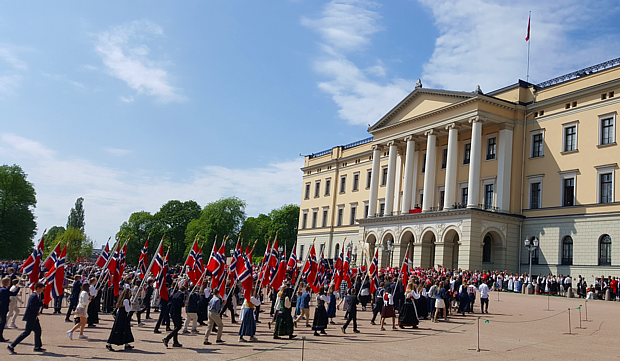 17 Mai Schloss Oslo Flagge