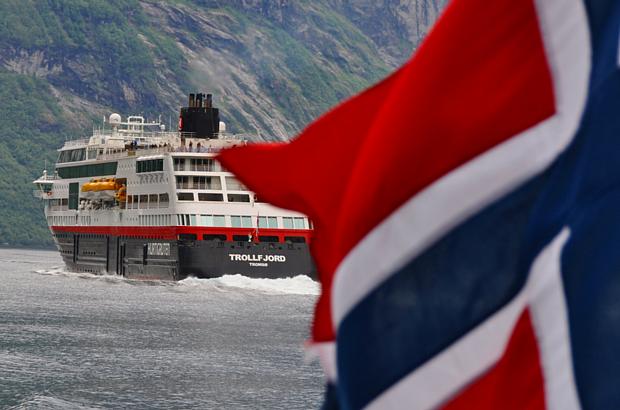 Hurtigruten Flagge, Schiff