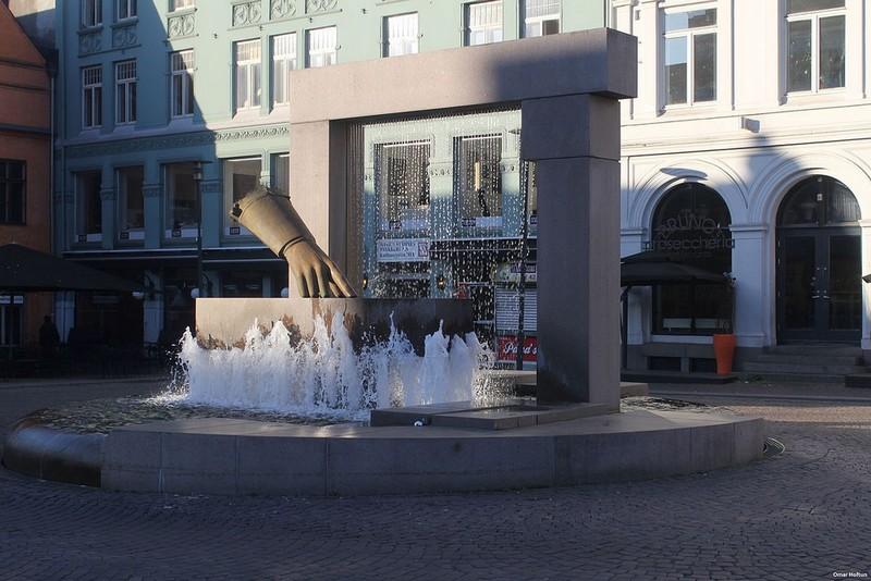 Fontene_og_hanske_skulptur_av_Wenche_Gudbrandsen-Omar-Hoftun-wikipedia